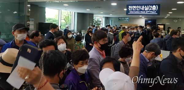 4.15 총선 조작설을 제기한 민경욱 의원 지지자들이 국회 의원회관 앞에서 항의하고 있다.