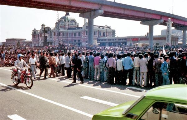 평화봉사단 자격으로 1979년~1981년 한국에 머물렀던 빌 에이머스가 1980년 5월 15일 서울역 인근에서 찍은 사진. 이른바 '서울역 회군'이라 부른 사건이 있었던 날이다.