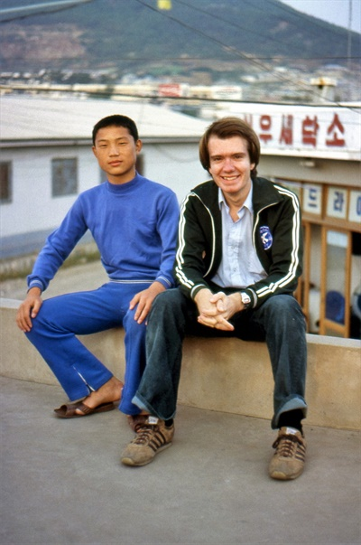평화봉사단 자격으로 1979년~1981년 한국에 머물렀던 빌 에이머스가 1979년 자신이 근무하던 목포에서 한 학생과 찍은 사진이다.