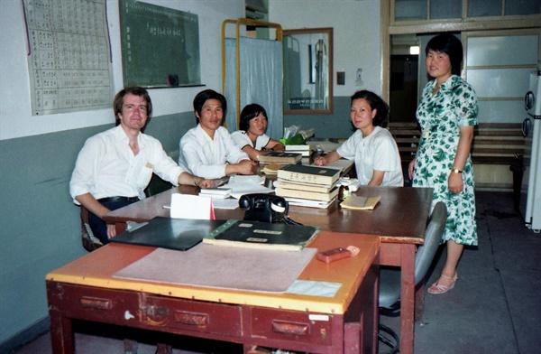 평화봉사단 자격으로 1979년~1981년 한국에 머물렀던 빌 에이머스가 1979년 자신이 근무하던 목포의 한 병원에서 직원들과 찍은 사진이다.