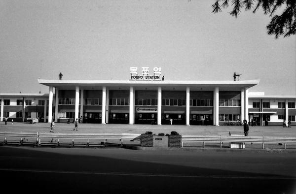 평화봉사단 자격으로 1979년~1981년 한국에 머물렀던 빌 에이머스가 찍은 목포역 사진. 건물 옥상에 군인들이 배치돼 있고, 그중 오른쪽 병사는 기관총을 앞에 두고 있다. 건물 가운데 현수막에 '박정희 대통령 각하 국장'이라고 적혀 있는 것으로 봐서 1979년 11월 3일로 추정된다.