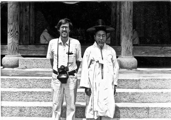 평화봉사단 자격으로 1971년~1974년 광주에 머물렀던 도널드 베이커의 모습이 담긴 사진. 1973년 전라남도의 한 서원에서 만난 유생의 모습이 담겨 있다.
