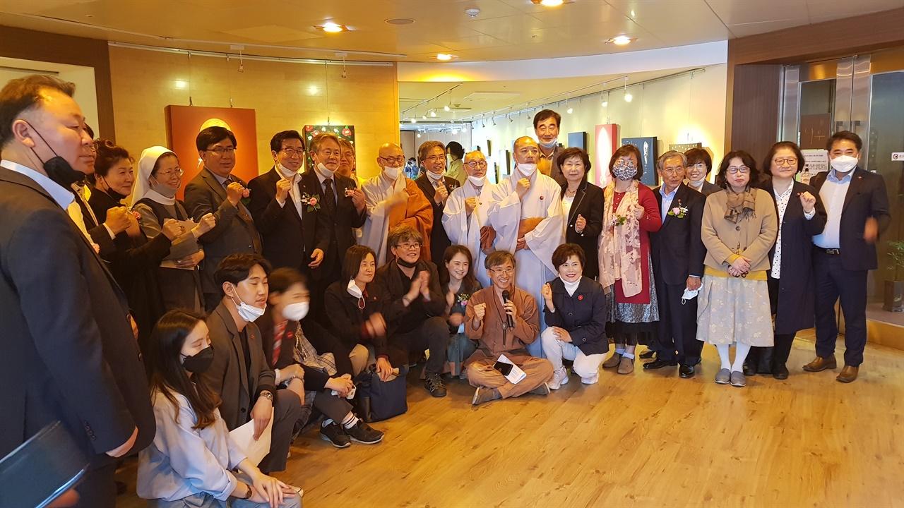 제주불교 동백으로 화현하다 개막 2020년 5월 11일 조계사에 있는 한국불교역사문화기념과 나무갤러리에서 '제주4·3과 불교'라는 주제로 전시회가 개막되었다. 행사 관계자들