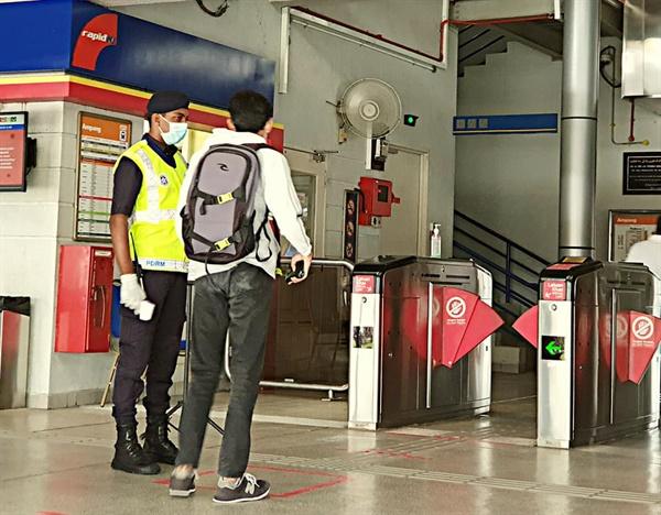 전철 탑승자의 건강체크 전철 탑승자들의 건강을 체크하고 거리두기 지침을 교육하고 있다.