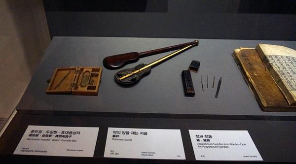 조선시대 가장 위협적이었던 두창을 마침내 극복하게 한 지석영의 종두법 관련 유물들이다.