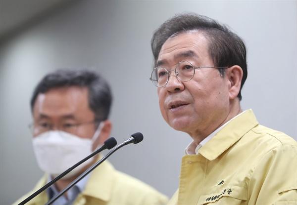 박원순 서울시장이 11일 오전 시청에서 이태원발 코로나19 집단감염 관련 익명검사를 보장하겟다는 브리핑을 하고 있다.