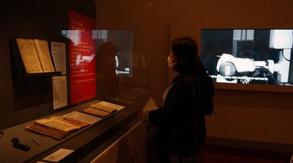 조선시대 가장 치명적이었던 전염병 두창을 마침내 극복한 종두법과 앞서 시험된 인두법 관련 전시관이다. 옆은 근현대 방역을 알 수 있는 영상물이다.