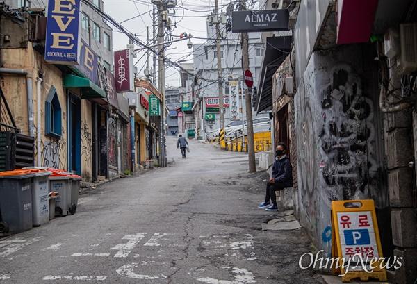 이태원 클럽에서 코로나19환자가 다녀가 확진자가 증가하고 있는 12일 오전 서울 용산구 이태원 클럽 일대가 한산한 모습을 보이고 있다.