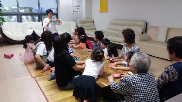 은평구가 개방한 경로당에서 부모와 자녀, 어르신이 모여 책을 읽는 '동화랑 놀아요' 프로그램을 진행하고 있다. (사진: 은평구청)