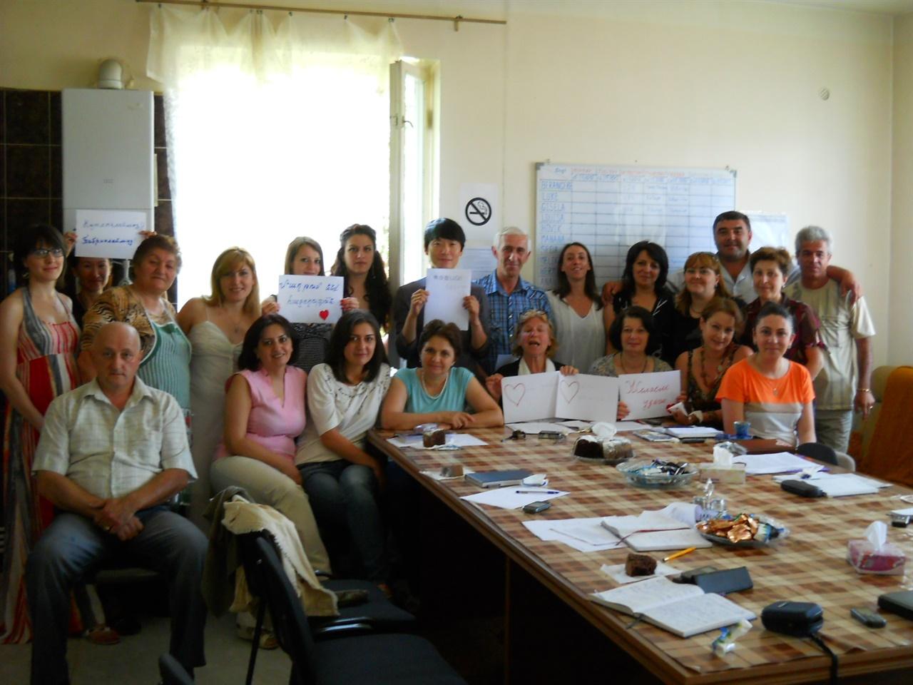 국경없는의사회 아르메니아 북부 사업 팀원들 가운데 유일한 아시아인이 필자. 아랫줄 좌측에서 네번째가 기젤라