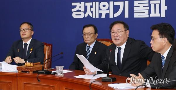 더불어민주당 김태년 원내대표가 13일 오전 서울 여의도 국회에서 열린 최고위원회의에서 모두발언을 하고 있다.