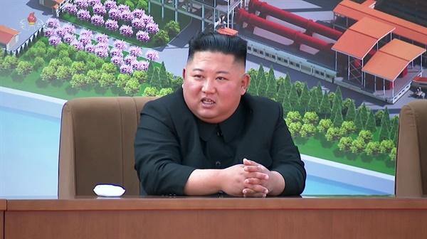'가짜뉴스 비웃듯' 다시 나타난 김정은 북한 김정은 국무위원장이 노동절(5·1절)이었던 지난 1일 순천인비료공장 준공식에 참석했다고 조선중앙TV가 2일 보도했다. 사진은 준공식 현장에서 자신감에 찬 김 위원장의 모습. (조선중앙TV 화면 캡처)