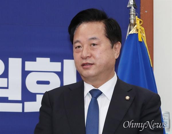 더불어민주당 김두관 의원이 12일 오전 서울 여의도 국회에서 열린 중앙위원회의에 참석하고 있다.