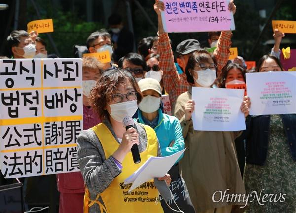 이나영 정의기억연대 이사장이 13일 오후 서울 종로구 일본대사관앞에서 열린 일본군성노예제 문제해결을 위한 1439차 정기 수요시위에서 발언하고 있다.