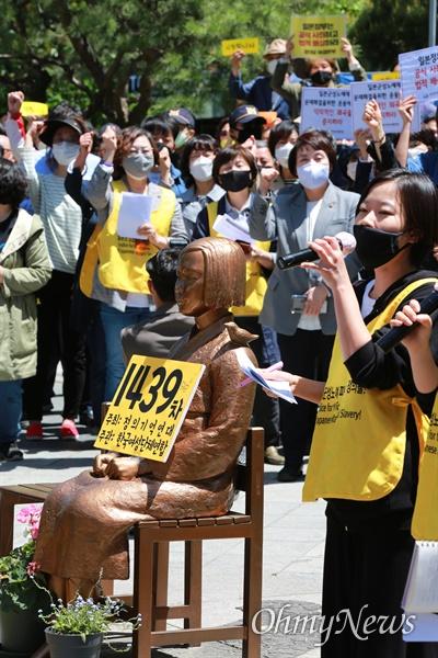 13일 오후 서울 종로구 일본대사관앞에서 일본군성노예제 문제해결을 위한 1439차 정기 수요시위가 코로나19 사태로 인해 온라인중계로 진행됐다.