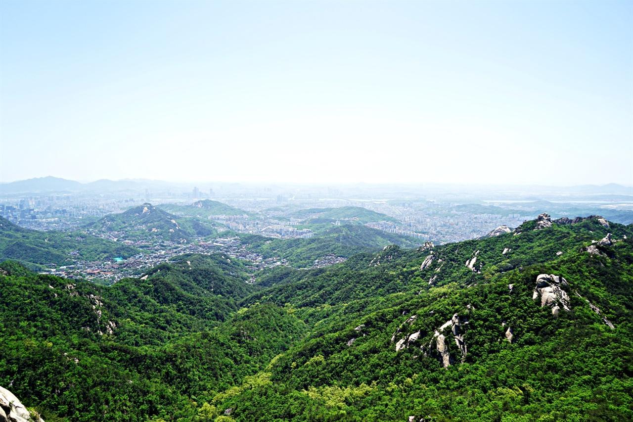 북한산 문수봉을 오르다가 바라본 서울 시내 풍경