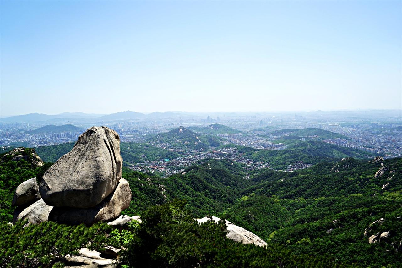 문수봉의 두꺼비바위와 서울시내 풍경