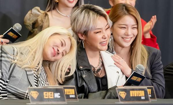 '굿걸' 효연-치타-에일리, 우리는 굿팀! 14일 오전 온라인으로 진행된 Mnet < GOOD GIRL : 누가 방송국을 털었나 > 제작발표회에서 효연, 치타, 에일리가 화기애애한 모습을 보이고 있다. < GOOD GIRL : 누가 방송국을 털었나 >는 언더부터 메이저에 이르기까지 각기 다른 씬에서 활동하고 있는 여자 뮤지션들이 플렉스 머니를 획득하기 위해 한 팀으로 뭉친 뒤, 방송국을 상대로 상금을 터는 힙합 리얼리티 뮤직쇼 프로그램이다.  14일 목요일 오후 9시 30분 첫 방송.