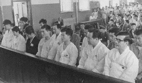 이른바 '유럽간첩단'사건으로 재판 받는 피고인들. 오른쪽에서 맨 끝이 박노수. 그 옆이 김규남이다.
