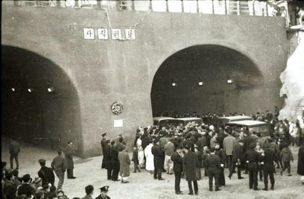 1967년 사직터널이 개통했을 때의 모습. 당시 김현옥 서울시장을 비롯한 관계자와 주민들이 참석한 가운데 개통식이 성대하게 열렸다.