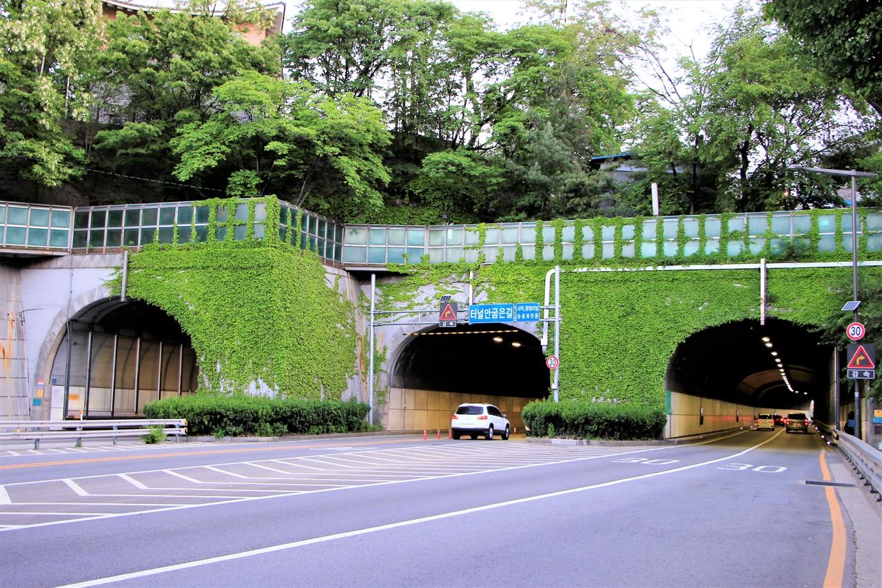 서울의 주요한 교통로 중 하나인 사직터널의 전경.