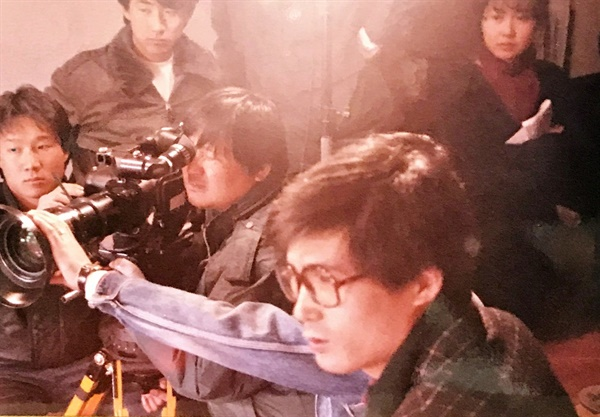 <부활의 노래>제작현장. 연출하고 있는 이정국 감독(앞)