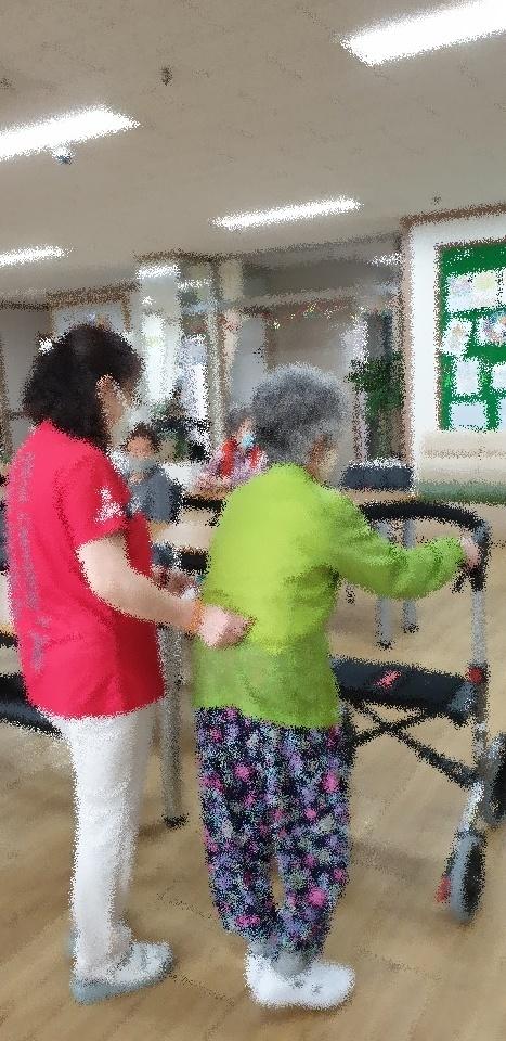 ○○재가복지센터에서 근무하는 사회복지사 김수정(가명)님의 일터 환경. 본인의 일터에서 혼자서 이동이 어려운 노년여성의 허리를 지지해주며 돌봄노동을 하고 있다.
