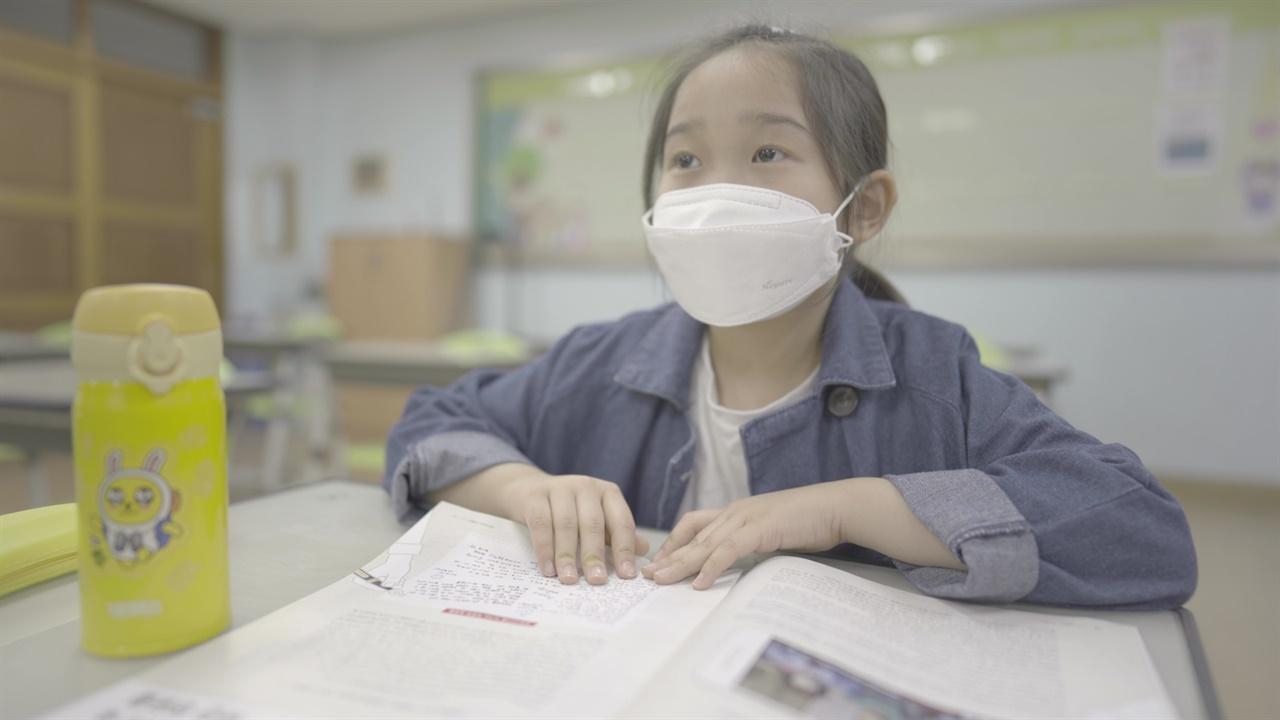 교실에서 마스크를 쓰고 수업을 듣고있다.