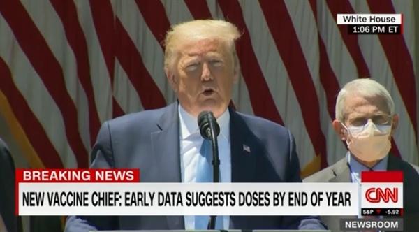 도널드 트럼프 미국 대통령의 코로나19 백신 개발 전망을 보도하는 CNN 뉴스 갈무리.
