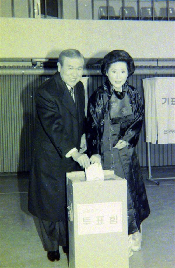 노태우 대통령 부부가 투표하는 장면