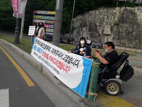 문명중고등학교 교사 징계 반대 시위 지난 14일 대구경북의 여러 시민단체들이 국정역사교과서 연구학교 지정 반대 교사 징계를 막기 위해 문명중고 근처의 경산시 백천네거리에서 거리 시위를 하고 있다