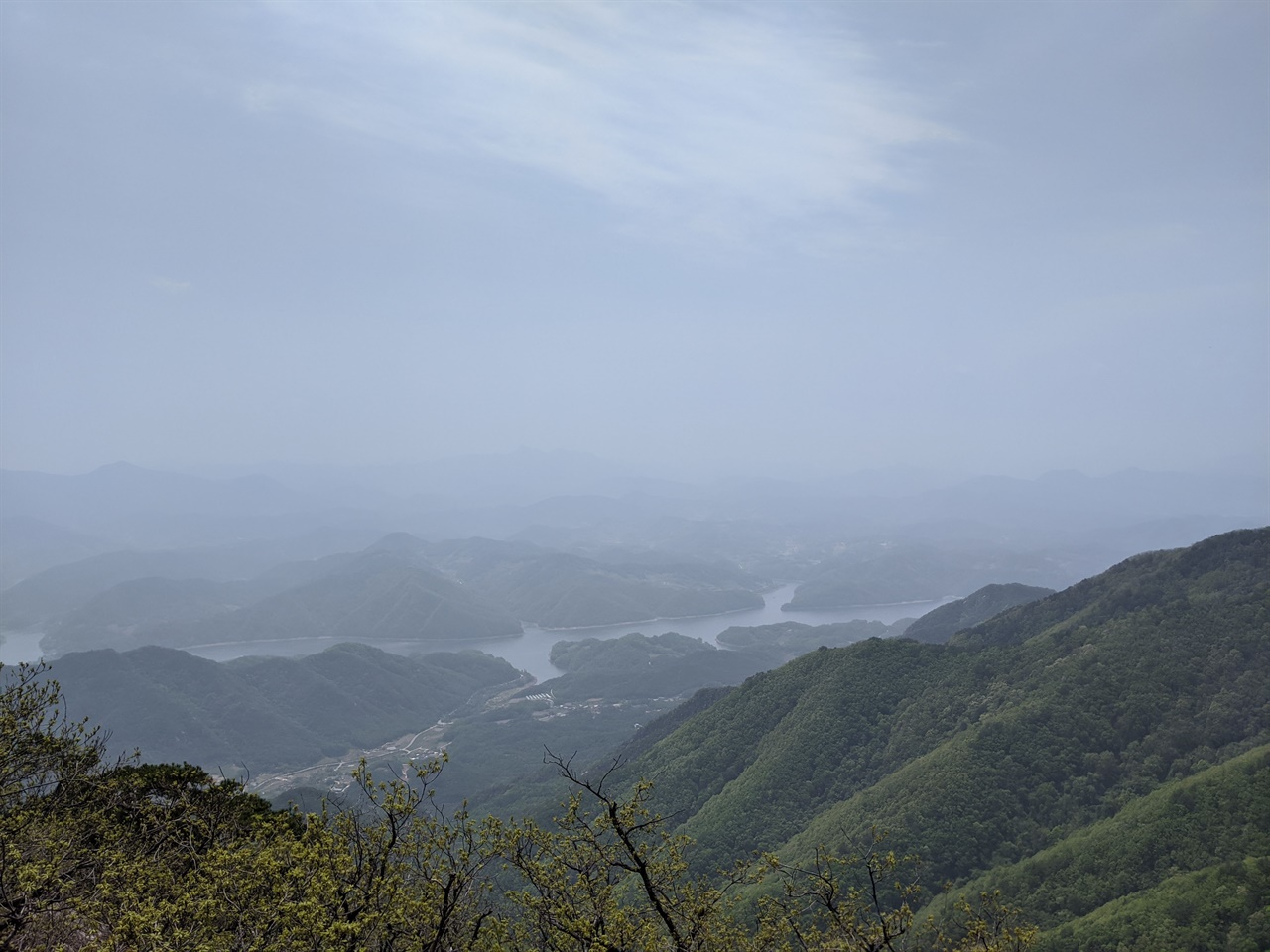 금수산 정상에서 바라본 청풍호 청풍호 뒤로 월악산도 보인다고 하는데, 황사의 영향 때문인지 희미한 윤곽만 간신히 보였다