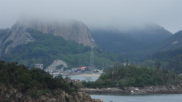 고군산군도의 섬들은 해무에 휩쌓여 있었다.