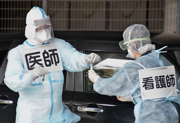일본 전역에 신종 코로나바이러스 감염증(코로나19) 대응을 위해 긴급사태가 선포된 가운데 14일 도쿄 시나가와 역이 마스크를 쓴 통근자들로 붐비고 있다. 아베 신조 일본 총리는 이날 기자회견을 열어 전국 47개 도도부현(都道府縣) 광역지역 가운데 도쿄와 오사카 등 8곳을 제외한 39곳의 긴급사태를 해제하기로 결정했다고 밝혔다.