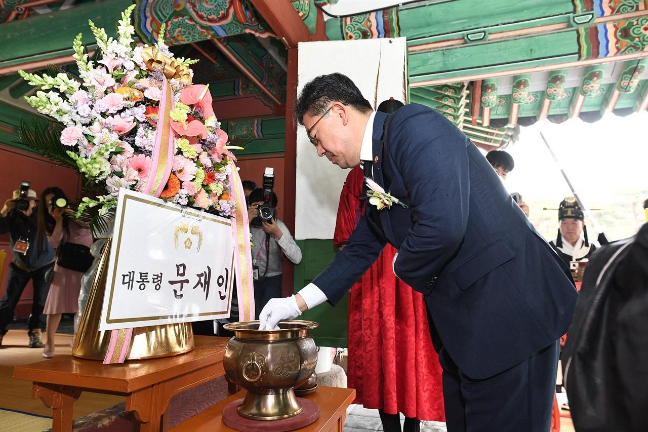 세종대왕 탄신 숭모제전에 참석하여 헌화와 분향하는 박양우 문체부 장관.