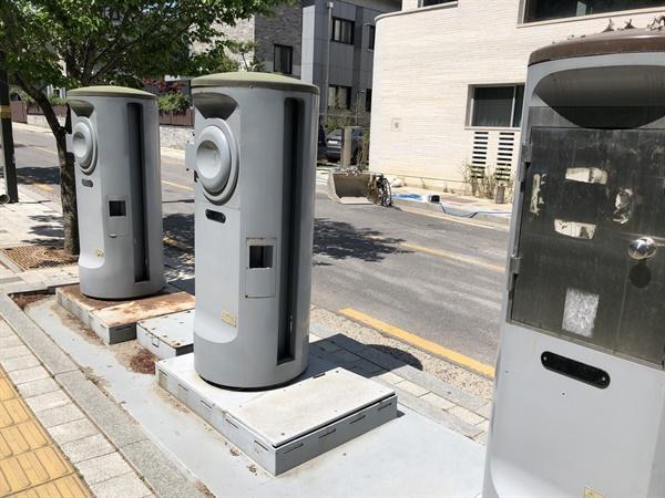 진관동 한옥마을 내 폐기물 자동집하시설 투입구. (사진: 정민구 기자)