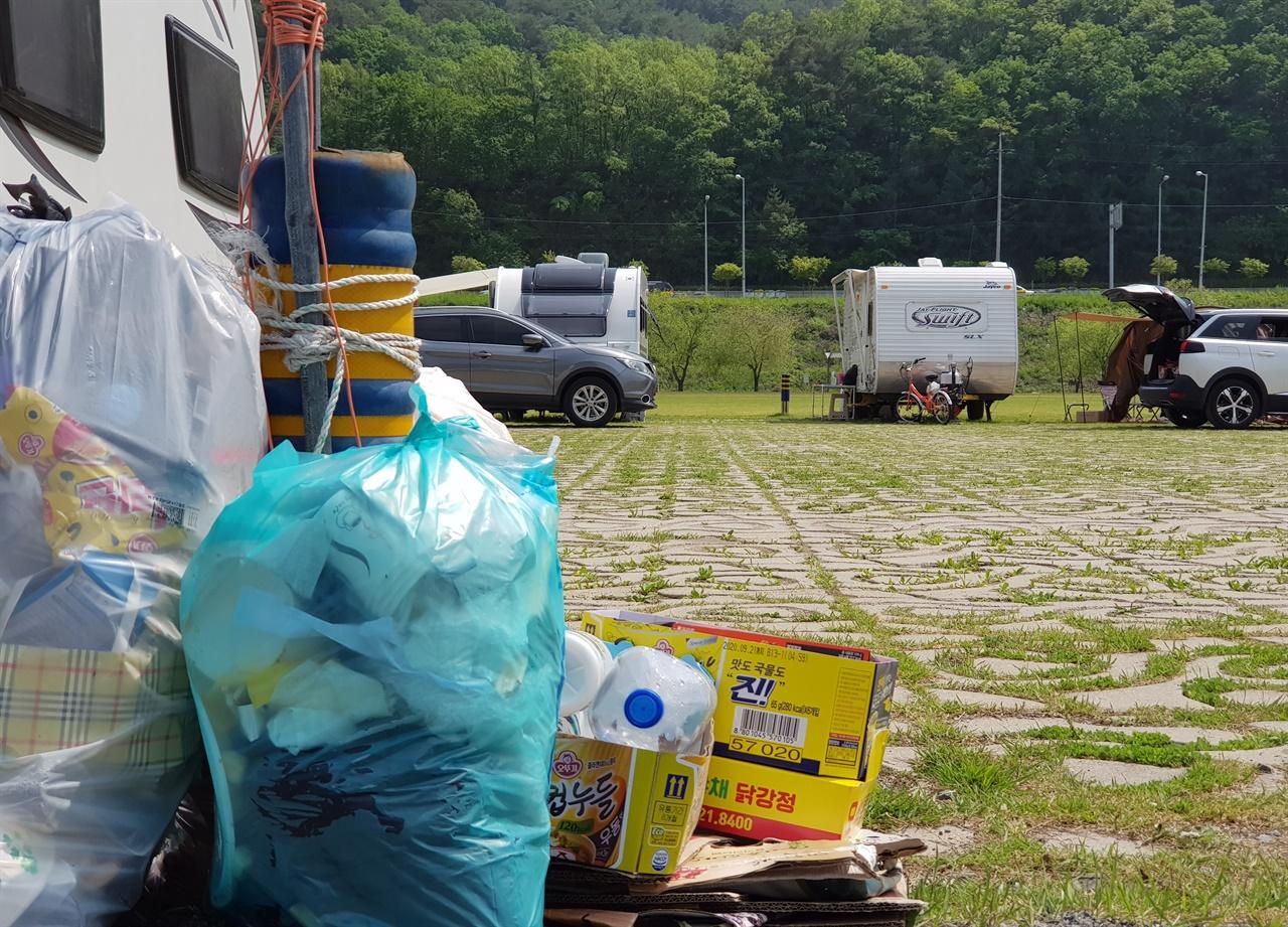 버려진 각종 쓰레기들 단양군 관계자들의 청결활동 노력을 비웃듯 많은 쓰레기들