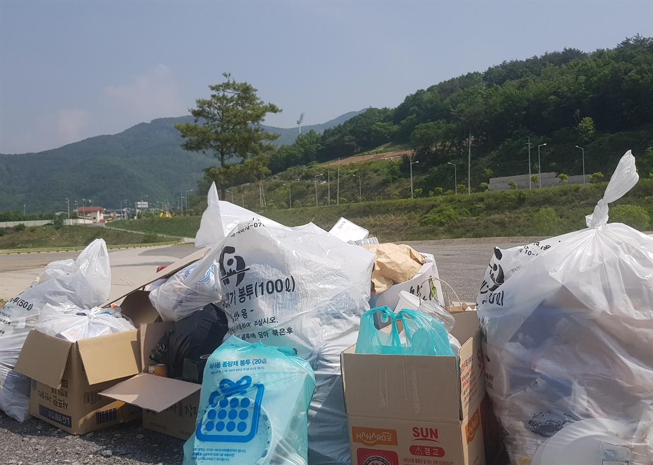 공원 內 쓰레기들 각종 오염물들이 토양에 스며들고 있다