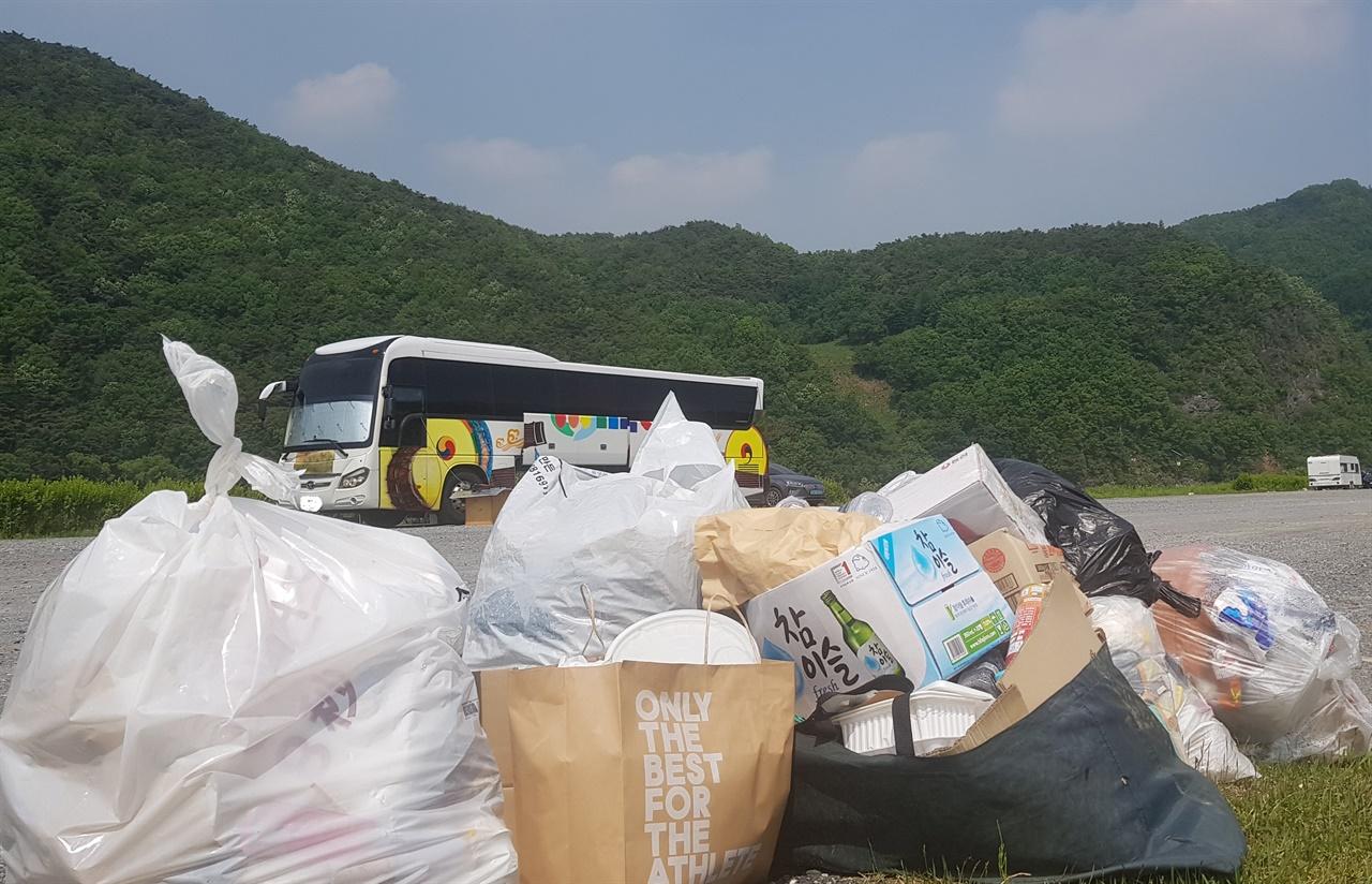 버려진 각종 쓰레기 여행객들의 생활 쓰레기까지 단양군에서 처리를 해야 하는 것인지.