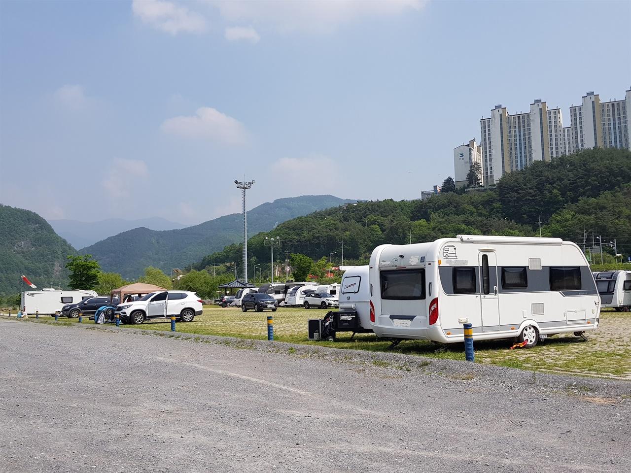장기간 주차중인 차량들 공원 內 주차장에 장기 주차중인 차량들이 다수 있다.