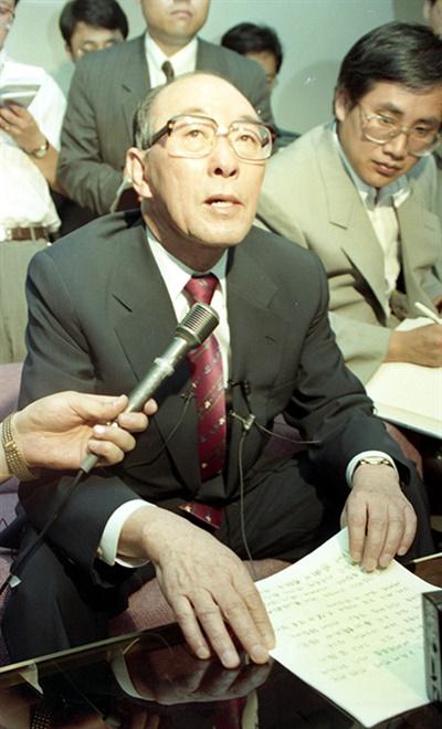 5공 정부의 국제그룹 강제해체가 위헌판결이 난 1993년 7월 29일 오후 양정모 전국제그룹회장이 자신의 국제그룹복권추진위원회 사무실에서 기자회견을 갖고 있다.
