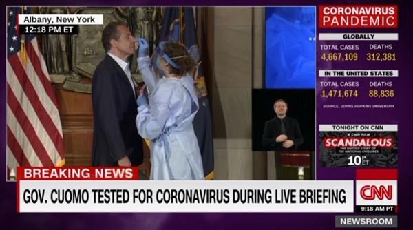 앤드루 쿠오모 미국 뉴욕주지사의 코로나19 검사를 생중계하는 CNN 뉴스 갈무리.