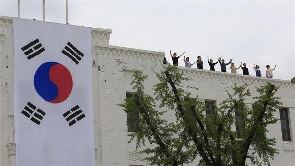 5·18 민주화운동 40주년 기념일인 18일 오전 광주 동구 옛 전남도청 앞 5·18 민주광장에서 열린 기념식에서 기념 공연이 펼쳐지고 있다. 2020.5.18