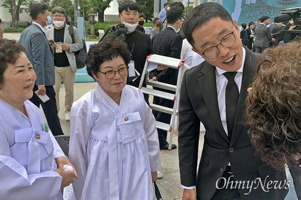18일 5.18민주화운동 40주년 기념식의 사회를 맡은 방송인 김제동씨가 기념식 후 유족들과 인사를 나누고 있다.