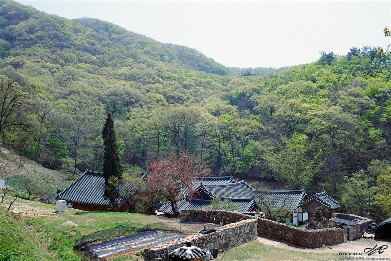 불명산과 화암사 화암사를 아늑하게 감싸고 있는 불명산의 모습. 초여름에 다양한 색을 보여주는 산은 활엽수가 많으니, 가을에도 역시 그럴 것이다.