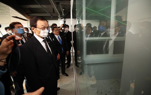 더불어민주당 이해찬 대표가 18일 오후 광주 동구 금남로 전일빌딩에서 5·18 당시 헬기 사격 추정 탄흔에 관한 전시 자료를 살펴보고 있다.
