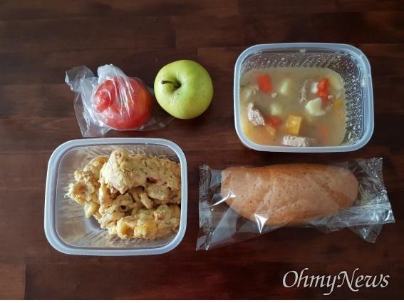 핀란드 헬싱키 시의 2일치 포장 급식, 토마토, 사과등의 야채나 과일, 수프와 빵, 마카로니 캐서롤.