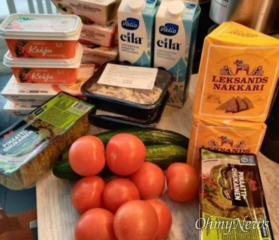 핀란드 에스포 시의 일주일치 2인용 푸드패키지, 인스턴트식품과 야채, 바삭한 빵, 우유, 마가린, 시금치 팬케잌 제품들로 구성
