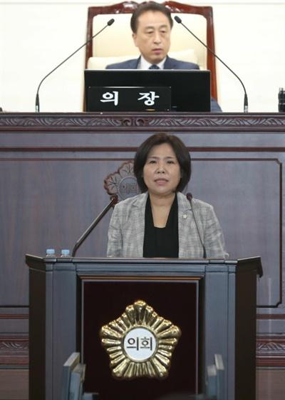 박연숙 화성시의원이 지난 15일 열린 화성시의회 제2차 본회의에서 발언하고 있다.