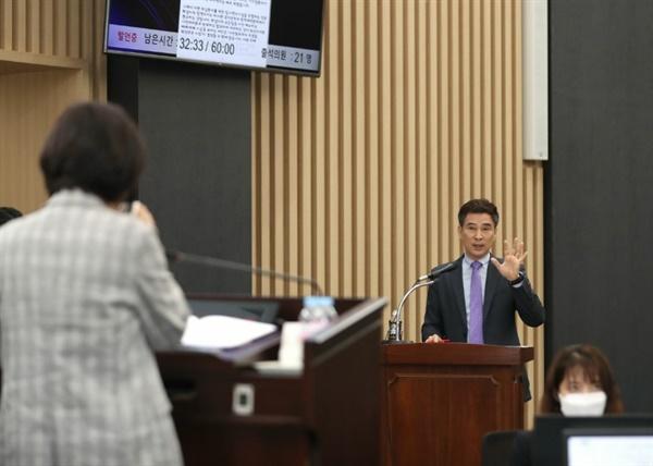 서철모 화성시장이 15일 열린 화성시의회 제2차 본회의에서 박연숙 시의원의 시정질의에 답변하고 있다.